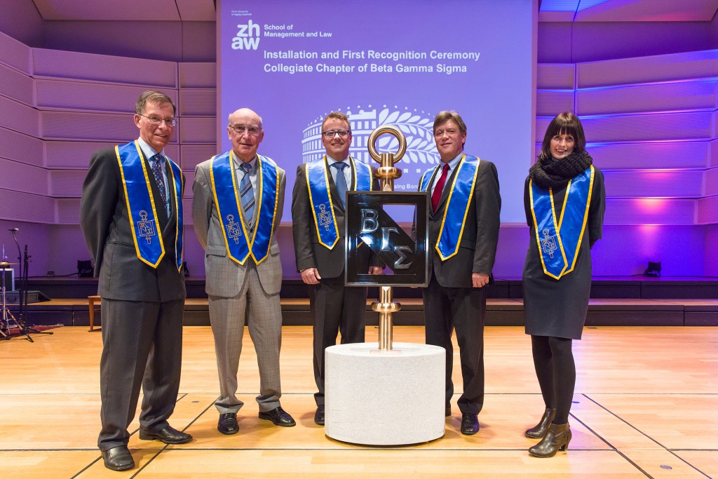 FLTR: Daniel Ulrich (Chapter President), Walter Schnüringer (Honoree), Thomas Cleff (Installing Officer, Dean Business School Pforzheim), André Haelg (Dean SML) and Christine Hallier (Chief of Staff SML) unveil the BSG Key.